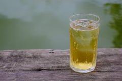Ein Glas Bier mit Eis auf Holztisch, trinkend im heißen asiatischen Land mit kühlem alkoholfreiem Getränk Stockbilder
