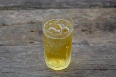 Ein Glas Bier mit Eis auf Holztisch, trinkend im heißen asiatischen Land mit kühlem alkoholfreiem Getränk Stockfoto