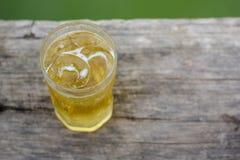 Ein Glas Bier mit Eis auf Holztisch, trinkend im heißen asiatischen Land mit kühlem alkoholfreiem Getränk Lizenzfreies Stockfoto