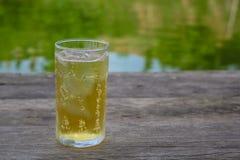Ein Glas Bier mit Eis auf Holztisch, trinkend im heißen asiatischen Land mit kühlem alkoholfreiem Getränk Stockbild