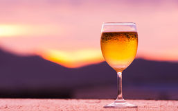 Ein Glas Bier mit Sonnenuntergang Stockfotografie