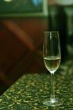 Ein Glas Champagner auf Tabelle Stockfoto