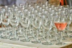 Ein Glas Champagner ist nicht wie die anderen Stockfoto
