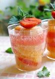 Ein Glas des abkühlenden Zitrusfruchtgetränks mit Erdbeere Stockfoto