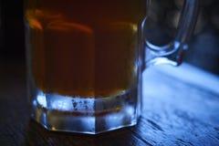 Ein Glas des besten Bieres, des Funkelns und der Kälte Stockfoto