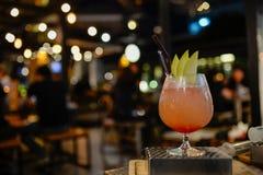 Ein Glas des Cocktails an der Kneipe und am Restaurant auf Unschärfehintergrund Lizenzfreie Stockfotos