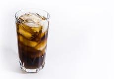 Ein Glas des kalten Getränks mit Eis Stockbild
