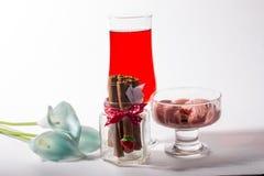 Ein Glas des roten Eiscremegetränks lizenzfreies stockbild