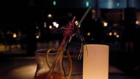 Ein Glas füllte mit alkoholischem Getränk auf einer Tabelle stock video footage