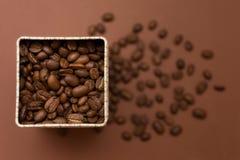 Ein Glas Kaffee auf einem braunen Hintergrund lizenzfreies stockbild