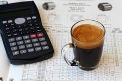 Ein Glas Kaffee auf einer Tabelle Lizenzfreie Stockfotos