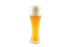 Ein Glas kaltes bayerisches Weizenbier getrennt auf wh Stockbilder