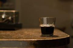 Ein Glas mit Bier lizenzfreies stockbild