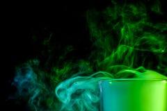 Ein Glas mit buntem Rauche Stockbild