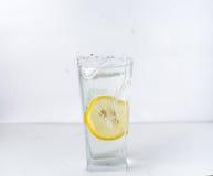Ein Glas mit einer Zitrone Lizenzfreie Stockbilder