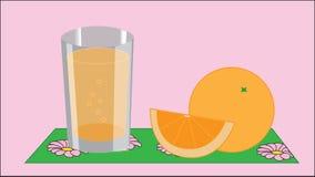 Ein Glas mit Saft-, Orange und Orangescheibe auf einer Serviette Stockfotos