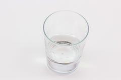 Ein Glas mit wenigen Wasser in ihm Lizenzfreie Stockbilder