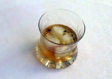 Ein Glas mit Whisky und Eis stockfotos