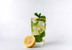Ein Glas mit Zitrone und Eis Lizenzfreies Stockbild