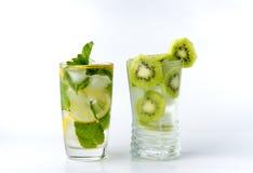 Ein Glas mit Zitronen- und Eiskiwi Lizenzfreie Stockfotos