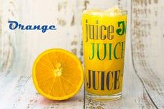 Ein Glas Orangensaft auf einem hellen hölzernen Hintergrund stockfotos