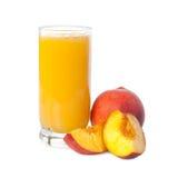 Ein Glas Pfirsichsaft mit Früchten Stockbilder