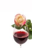 Ein Glas Rotwein mit der Rose getrennt auf Weiß Stockfotos