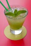 Ein Glas tadellose Limonade mit Eis lizenzfreie stockfotografie