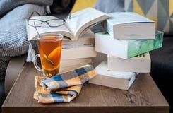 Ein Glas Tee und ein Stapel Bücher Ein Studienplatz für einen Studenten Stockfotografie