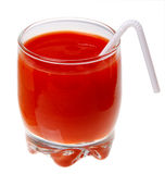 Ein Glas Tomatesaft und ein Stroh getrennt Stockfoto