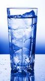 Ein Glas Trinkwasser lizenzfreie stockfotos