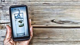 Ein Glas Trinkwasser in der Anzeige Lizenzfreies Stockfoto