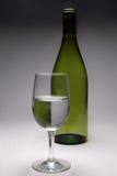 Ein Glas und eine Flasche Stockbild