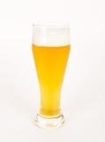 Ein Glas ungefiltertes Bier auf Weiß Lizenzfreies Stockfoto