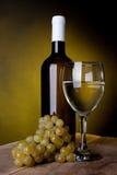 Ein Glas voll vom Wein und von der Flasche Stockfotografie