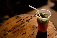 Ein Glas von Mojito mit tadellosem Blatt und Zuckerrohr stockfotografie