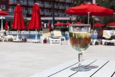 Ein Glas Wein auf dem Hintergrund des Hotels stockfotos
