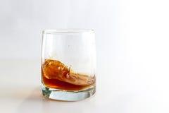 Ein Glas Whisky mit Eis Stockbild