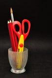 Ein Glasbehälter mit Scheren und Bleistiften Stockfoto