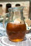 Ein Glasgefäß mit selbst gemachtem georgischem Wein Lizenzfreies Stockfoto