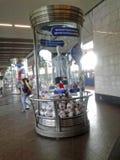 Ein Glassockel mit den Symbolen der Bündnisse höhlen 2017 und den 2018 Weltcup in der Metrostation mit einem Mannequin in t Lizenzfreies Stockbild