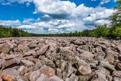 Ein Glazial- Blockfeld in Pennsylvania lizenzfreie stockbilder
