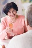 Ein glückliches älteres Paarrösten Lizenzfreies Stockfoto