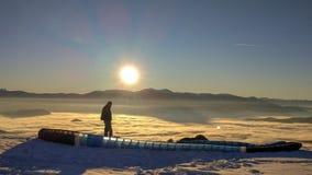 Ein Gleitschirm, der seins vorbereitet, entfernen sich in den Nebel lizenzfreie stockfotografie