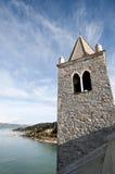 Ein Glockenturm, das Meer und der Himmel Lizenzfreie Stockfotos