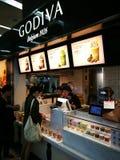 Ein Godiva-Stall, der Schokoladengüte an Kunden verkauft Lizenzfreie Stockfotografie