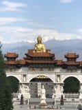 ein goldener Buddha taucht von der Mitte des Gebäudes auf und Blicke mögen es schwimmt in die Luft lizenzfreie stockbilder
