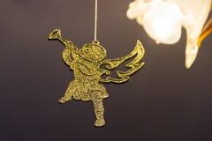 Ein goldener Weihnachtsengel hängt an der Niederlassung stockfotos