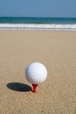 Ein Golfball auf dem Strand. Stockfotos