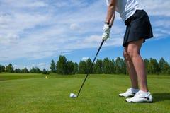 Ein Golfplayer mit Golfball auf Golfplatz lizenzfreie stockfotos